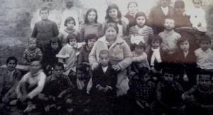 Imagen en blanco y negro de la profesora con un grupo de alumnos