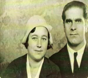 Imagen en blanco y negro de Sofía Polo y su compañero