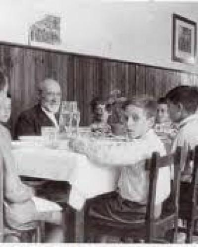 Imagen del maestro con un grupo de alumnos en un aula