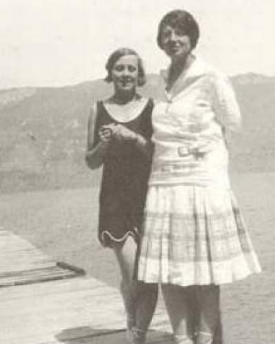 Imagen de Regina Lago con otra joven en una playa