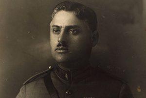 Imagen en blanco y negro de Antonio Augusto de uniforme