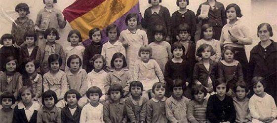 Retrato de una clase con la bandera republicana