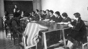 Imagen de Maeztu dando clase en la Residencia