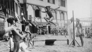 imagen de una niña saltando en la Escola del Mar
