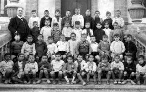 Imagen del maestro Morante con alumnos