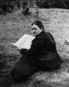 Imagen de María Goyri leyendo en un campo