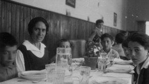 Imagen de Justa Freire en un comedor con varios niños y niñas