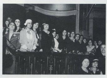 Carmen de Burgos (centro) en una conferencia contra la pena de muerte en el Ateneo