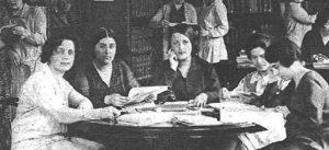 Imagen de Estrella Cortichs con otras jóvenes en la Residencia de Señoritas
