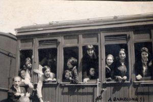 Imagen de las alumnas del Instituto Escuela en el tren en un viaje a Barcelona