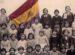 foto en blanco y negro de una clase ante la bandera republicana