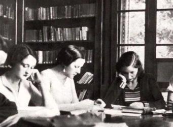 varias maestras estudian en una mesa